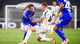 Pemain Sampdoria Albin Ekdal (kiri) berebut bola dengan pemain Juventus Dejan Kulusevski (tengah) pada pertandingan Serie A di Stadion Allianz, Turin, Italia, Minggu (20/9/2020). Juventus menaklukkan Sampdoria dengan skor 3-0.  (Marco Alpozzi/LaPresse via AP)