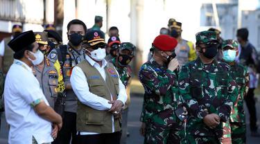 Ketua Satgas Penanganan Covid-19 Ganip Warsito (tengah memakai rompi) bersama Panglima TNI Hadi Tjahjanto (kanan) saat meninjau tempat isolasi terpusat Rumah Dinas Wali Kota Semarang, Jawa Tengah, Minggu (25/7/2021).