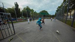 Sejumlah orang bermain sepak bola di sebuah taman olahraga jalanan di Wina, Austria, Rabu (8/7/2020). Sejumlah orang di Wina pergi ke taman olahraga jalanan untuk melakukan olahraga luar ruangan setelah pembatasan COVID-19 dicabut. (Xinhua/Georges Schneider)