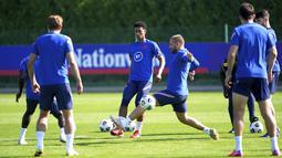 Pemain Inggris, Jude Bellingham dan Luke Shaw ambil bagian dalam sesi latihan di Hotspur Way Training Ground, London, Selasa (7/9/2021). Inggris akan bertandang ke markas Polandia dalam matchday ke-6 kualifikasi Piala Dunia 2022 zona Eropa Grup I pada 9 September mendatang. (Nick Potts/PA via AP)