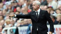 Manajer Newcastle United, Alan Pardew terlihat memberikan arahan kepadan anak asuhnya pada pertandingan Liga Inggris antara Newcastle United melawan West Ham United di Stadion St. James' Park , Newcastle Sabtu 24 Agustus 2013. (AFP/Ian Macnicol)