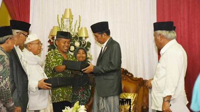 Saat DBM menyerahkan batik ke Presiden Joko Widodo.