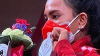 Ni Nengah Widiasih saat mendapat kalungan medali di Paralimpiade Tokyo 2020. (Dokumentasi Gatot Dewa Broto/Kemenpora)