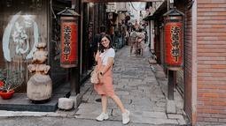Saat berlibur di Jepang, Nisya pun terlihat sangat santai. Ia juga mengenakan busana dengan warna pastel yang dipadukan dengan kacamata serta jam tangan. (Liputan6.com/IG/@nissyaa)