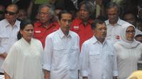Pasangan Capres-Cawapres, Jokowi dan JK ditemani istri masing-masing saat deklarasi di Gedung Joang 45, Jalan Menteng Raya 31, Jakarta Pusat, Senin (19/05/2014) (Liputan6.com/Herman Zakharia).