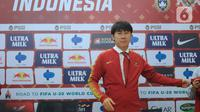 Pelatih baru Timnas Indonesia, Shin Tae-Yong saat perkenalan di Ruang VVIP Stadion Pakansari, Kab Bogor, Jawa Barat, Sabtu (28/12/2019). Shin Tae-Yong dikontrak menjadi pelatih Timnas Indonesia selama 4 tahun. (Liputan6.com/Helmi Fithriansyah)