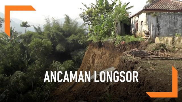 Warga Cililin Bandung Barat dikejutkan oleh fenomena tanah bergerak usai kawasan itu diguyur hujan deras salama  beberapa jam. Pergerakan tanah mengakibatkan puluhan rumah rusak parah dan tidak bisa dihuni lagi.