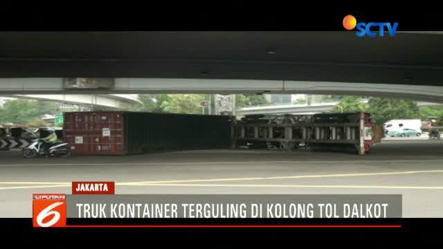 Kecelakaan terjadi karena sopir yang mengemudi dari arah Tanjung Priok menuju Tangerang tidak mampu mengendalikan truk hingga oleng ke kiri dan terguling.