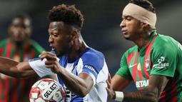 Striker FC Porto, Ze Luis, berebut bola dengan bek Maritimo, Rene Santos, pada laga lanjutan Liga Portugal di Dragao Stadium, Porto, Kamis (10/6/2020) waktu setempat. Porto menang tipis 1-0 atas Maritimo. (AFP/Jose Coelho/Pool)