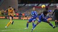 Gelandang Wolverhampton Wanderers, Ruben Neves melepaskan tendangan yang masih melenceng dari gawang Leicester City dalam laga lanjutan Liga Inggris 2020/21 pekan ke-23 di Molineux Stadium, Minggu (7/2/2021). Wolverhampton bermain imbang 0-0 dengan Leicester. (AFP/Nick Potts/Pool)