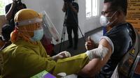 Vaksinasi tahap II di Surabaya. (Dian Kurniawan/Liputan6.com)