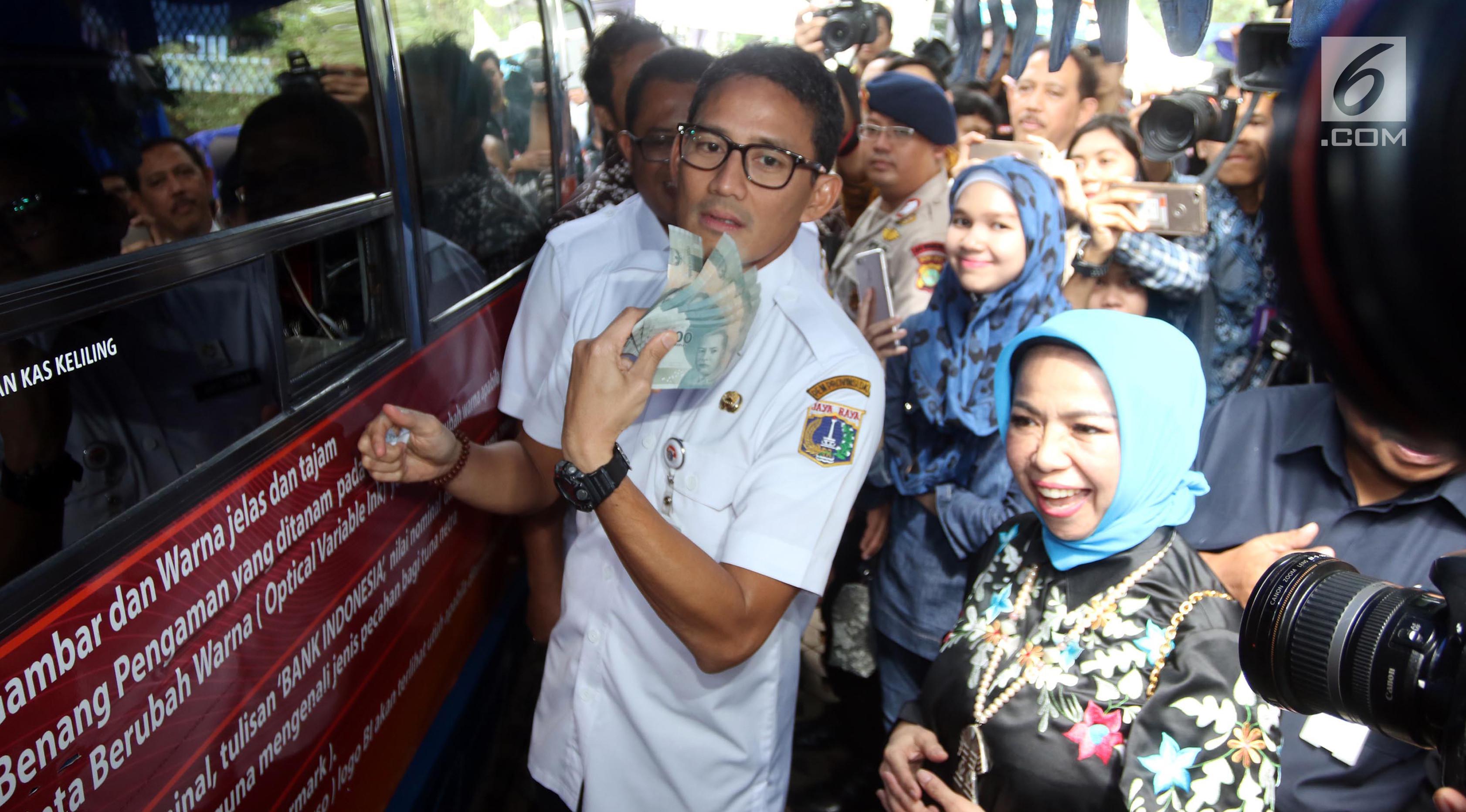 Wagub DKI Jakarta Sandiaga Uno (kiri) dan Deputi Gubernur BI Rosmaya Hadi (kanan) mengunjungi pelayanan penukaran uang di Monas, Jakarta, Rabu (23/5). Hal ini upaya BI untuk memenuhi kebutuhan uang pecahan jelang Idul Fitri. (Liputan6.com/Arya Manggala)
