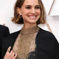Penampilan Natalie Portman di Oscars 2020 mengenakan statement cape dari Dior. Sumber foto: Instagram/WWD.