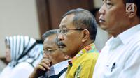 Ketua Pengadilan Tinggi Manado, Sudiwardono (ketiga kiri) jelang mengikuti sidang di Pengadilan Tipikor, Jakarta, Rabu (28/2). Sudiwardono didakwa menerima suap dari Aditya A Moha untuk memengaruhi putusan banding. (Liputan6.com/Helmi Fithriansyah)