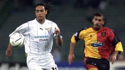 Alessandro Nesta - Nesta menyuguhkan keahliannya sebagai defender tangguh di laga kompetisi Liga Serie A pada era 90-an. Nesta menyudahi kariernya dengan torehan tiga titel Serie A, dua trofi Liga Champions, serta tiga gelar Copa Italia bersama Lazio dan AC Milan. (AFP/Gabriel Bouys)