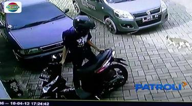Dua pelaku pencurian terekam CCTV mengambil sebuah motor hitam yang terparkir di halaman depan kantor radio Megaswara, Banten.