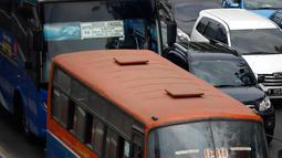 Bus Metromini berada di jalur busway di kawasan Gatot Subroto, Jakarta, Rabu (7/10). Pemprov DKI berencana secara bertahap akan menghapus angkutan umum bus berukuran sedang di Ibukota. (Liputan6.com/Yoppy Renato)