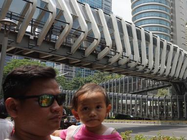 Pejalan kaki melintas di bawah Jembatan Penyeberangan Orang (JPO) di kawasan Jenderal Sudirman, Jakarta, Minggu (1/9/2019). Pemprov DKI Jakarta berencana membangun 15 JPO dengan bentuk lebih modern atau instagramable di sejumlah titik yang akan dilakukan pada 2020. (Liputan6.com/Immanuel Antonius)
