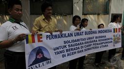 Perwakilan umat Buddha melakukan Aksi Damai di depan Kedubes Myanmar, Jakarta, Senin (25/5/2015). Mereka mengaku ikut bersimpati kepada etnik Rohingya yang terdampar di Aceh. (Liputan6.com/Johan Tallo)