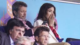 Putra Mahkota Frederik dan Putri Mahkota Mary dari Denmark bereaksi setelah gelandang Denmark Christian Eriksen pingsan di lapangan pada laga Denmark vs Finlandia di Grup B Euro 2020 di Parken Stadium, Copenhagen, Sabtu (12/6/2021). (Liselotte Sabroe / Ritzau Scanpix / AFP)