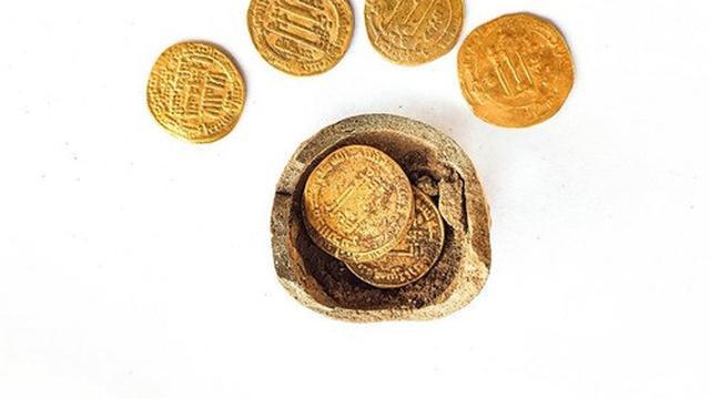 Tim arkeolog Israel menemukan tujuh koin emas berusia 1.200 tahun. (Xinhua/Otoritas Kepurbakalaan Israel)