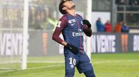 Aksi selebrasi unik pemain Paris Saint-Germain (PSG), Neymar setelah menjebol gawang SC Amiens pada laga Piala Liga Prancis di Stade de la Licorne, Rabu (10/1). Usai mencetak gol, Neymar menaruh sepatu di keningnya. (instagram.com/neymarjr)
