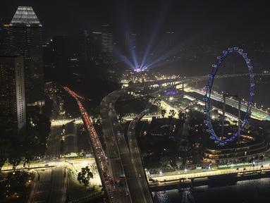 Suasana malam di Sirkuit Marina Bay Street yang diselimuti kabut asap di Singapura (18/9/2019). Jelang F1 GP Singapura 2019, tingkat polusi udara Singapura mencapai level tidak sehat untuk pertama kalinya sejak tiga tahun terakhir. (AFP Photo/Mladen Antonov)