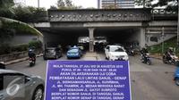 Papan sosialisasi uji coba pembatasan lalu lintas ganjil-genap terpasang di underpass Dukuh Atas, Jakarta, Senin (25/7). Penerapan sistem ganjil-genap akan dimulai pada 27 Juli hingga 26 Agustus 2016. (Liputan6.com/Yoppy Renato)