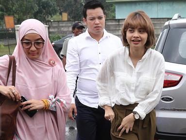 Prastiwi Dwiarti atau yang lebih dikenal sebagai Tiwi eks T2 mendatangi Pengadilan Agama Tigaraksa, Tangerang, usai sidang perceraiannya, Rabu (22/3). Tiwi datang setelah sidang keempat perceraiannya usai digelar. (Liputan6.com/Herman Zakharia)