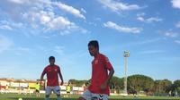 Evan Dimas Darmono berlatih sebelum turun di pertandingan uji coba melawan tim amatir FC L'Escala. (uellagostera.cat)