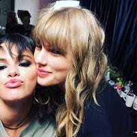 Bukan lagi sahabat, Selena Gomez dan Taylor Swift sendiri sepertinya sudah seperti saudara. (instagram/selenagomez)