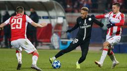 Pemain Paris Saint Germain Neymar (tengah) menggiring bola melewati pemain Red Star Belgrade Dusan Jovancic (kiri) dan Marko Gobeljic saat bertanding pada Grup C Liga Champions di Beograd, Serbia, Selasa (11/12). (AP Photo/Marko Drobnjakovic)