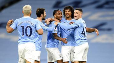 Para pemain Manchester City merayakan gol yang dicetak oleh Raheem Sterling ke gawang Arsenal pada laga Liga Inggris di Stadion Etihad, Minggu (18/10/2020). City menang dengan skor 1-0. (Michael Regan/Pool via AP)