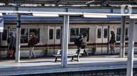Warga menaiki KRL di Stasiun Jatinegara, Jakarta, Selasa (27/7/2021). Peningkatan jumlah penumpang KRL terjadi seiring pekerja di beberapa sektor diperbolehkan kembali beraktivitas. (merdeka.com/Iqbal S. Nugroho)