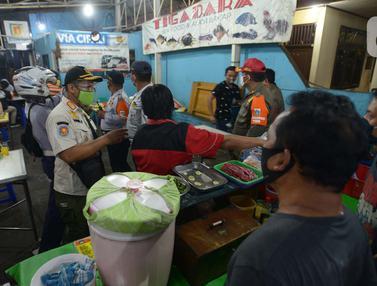 Petugas Gabungan Razia Tempat Makan di Pulogadung