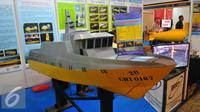 Sebuah miniatur kapal patroli dipajang saat pameran Maritec Indonesia 2016 di Jakarta International Expo, Jakarta, Rabu (23/11). Marintec Indonesia 2016 merupakan pameran industri perkapalan, pelabuhan dan lepas pantai. (Liputan6.com/Angga Yuniar)