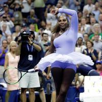 Serena Williams berputar usai mengalahkan Carina Witthoeft selama putaran kedua turnamen tenis AS Terbuka di New York, AS, Rabu (29/8). Gaya busana Serena menggabungkan kesukaannya akan balet serta karakter olahraga tenis. (AP Photo/Julio Cortez)