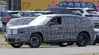 SUV berbalut kamuflase yang diduga BMW X8. (Autocar UK)