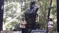 Patung Alfred Russel Wallace (Liputan6.com/Komarudin)
