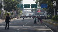 Polisi menyiapkan tameng untuk menutup jalan menuju Gedung Mahkamah Konstitusi (MK), Jakarta, Kamis (27/6/2019). Puluhan ribu personel TNI-Polri dikerahkan guna mengamankan sidang pembacaan putusan hasil sengketa pilpres 2019 serta melakukan penutupan jalan menuju Gedung MK (merdeka.com/Imam Buhori)