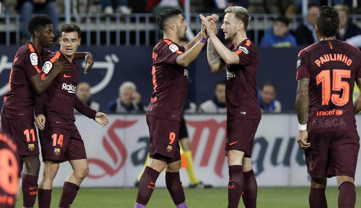 Para pemain Barcelona merayakan gol yang dicetak oleh Luis Suarez ke gawang Malaga pada laga La Liga di Stadion La Rosaleda, Sabtu (10/3/2018). Malaga takluk 0-2 dari Barcelona. (AP/M.Pozo)