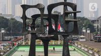Petugas membersihkan area depan Gedung MPR/DPR/DPD yang meliputi Kolam, Halaman, Lobi gedung Nusantara  Jakarta, Rabu (29/7/2020). Menjelang bulan Agustus yang juga Perayaan Kemerdekaan RI, Parlemen bersolek menyambut sidang Tahunan yang diselenggarakan 14 Agustus 2020. (Liputan6.com/Johan Tallo)