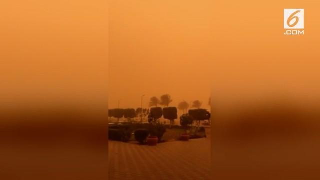 Karena badai debu, langit kota Kairo berubah menjadi jingga, warga diimbau untuk tetap berada di rumah.