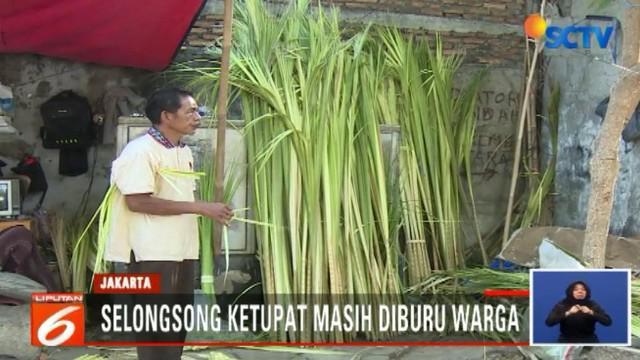 Satu ikatnya dibanderol dengan harga Rp 5.000 saja. Warga membelinya untuk merayakan lebaran ketupat.