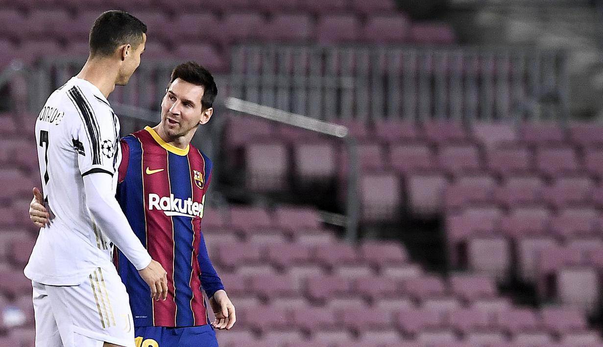Striker Barcelona, Lionel Messi, berbincang dengan striker Juventus, Cristiano Ronaldo, pada laga Liga Champions di Stadion Camp Nou, Rabu (9/12/2020). Laga tersebut menjadi ajang reuni dua mega bintang yakni Messi dan Ronaldo. (AFP/Josep Lago)