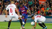 Winger Barcelona, Ousmane Dembele berusaha melakukan tendangan ke gawang Sevilla dalam pertandingan pekan kedelapan kompetisi La Liga Spanyol 2019-2020 di Camp Nou, Minggu (6/10/2019). Barcelona berhasil menang telak atas Sevilla dengan skor 4-0. (AP Photo/Joan Monfort)
