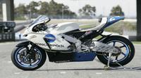 Warna putih dengan paduan logo Minolta di bagian fairing membuat livery motor JIR Honda digilai penggemar MotoGP.(MotoGP)