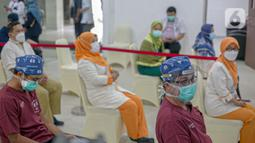 Tenaga kesehatan menunggu untuk menjalani vaksinasi virus corona COVID-19 di RSCM, Jakarta, Kamis (14/1/2021). Vaksinasi COVID-19 tahap awal akan menargetkan 1,48 juta tenaga kesehatan. (Liputan6.com/Faizal Fanani)