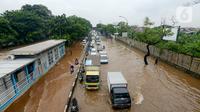 Kendaraan melintas saat banjir menggenangi Jalan Perintis Kemerdekaan, Pedongkelan, Jakarta, Sabtu (2/8/2020). Banjir akibat hujan deras yang mengguyur Jakarta sejak semalam tersebut mengakibatkan lalu lintas dari Pulo Gadung menuju Senen dan arah sebaliknya macet. (merdeka.com/Imam Buhori)