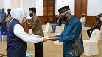 Gubernur Jatim, Khofifah Indar Parawansa memberikan tali asih secara simbolik kepada perwakilan seniman dan budayawan. (Foto: Liputan6.com/Dian Kurniawan)